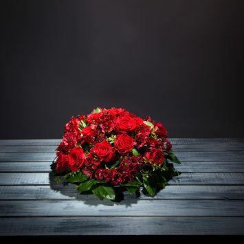 Centro de condolencias en tonos rojos - Envío de Flores a Domicilio