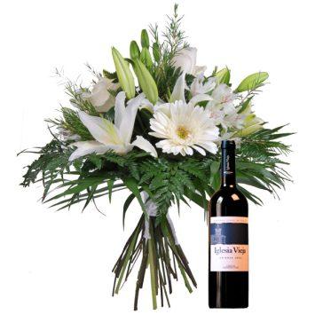 Ramo de flores y vino tinto
