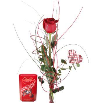 Rosa roja enamorados y bombones