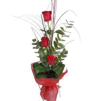 Tres rosas rojas decoradas